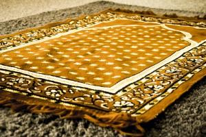 Gebedstijden - Gebedskleed in de moskee